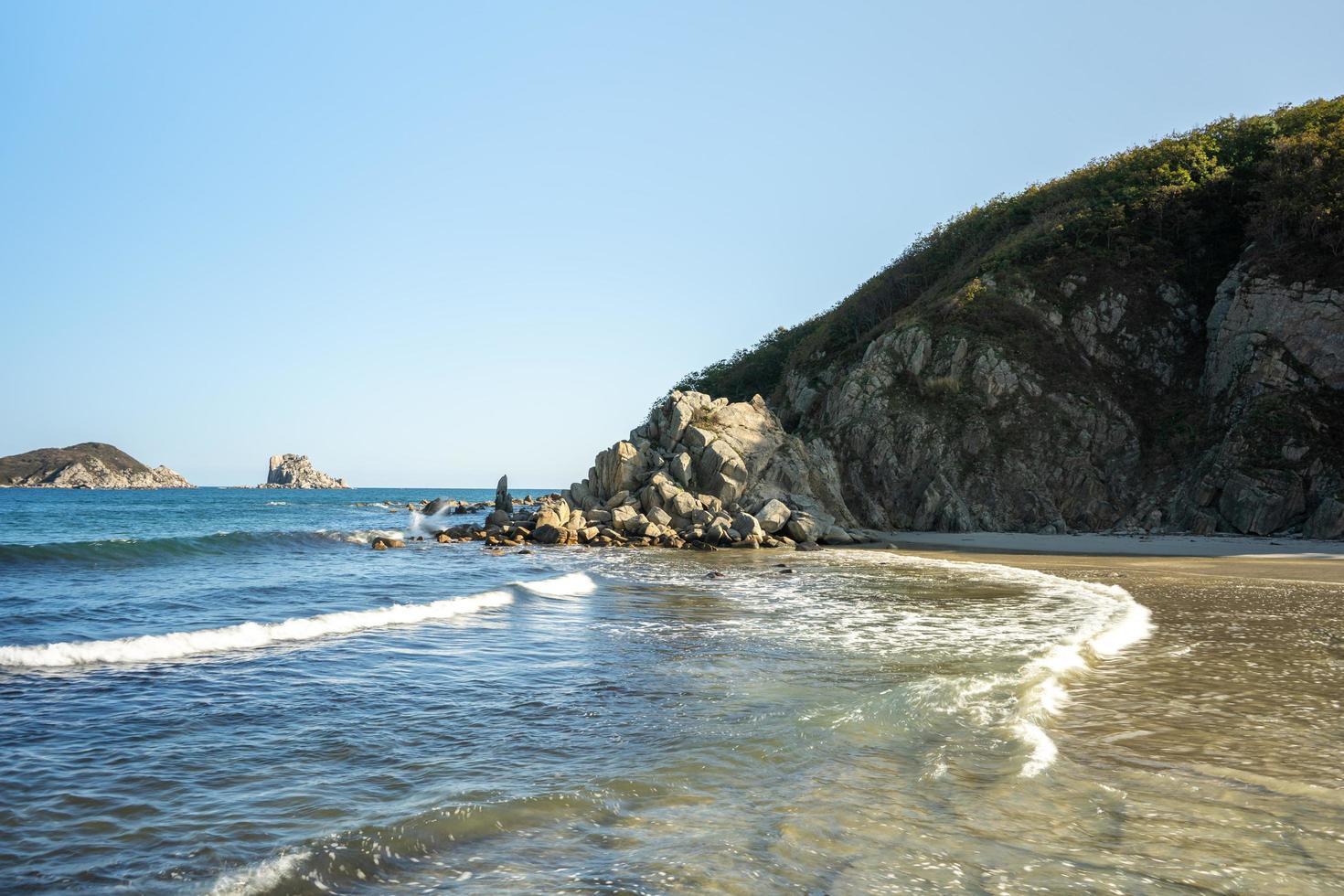 marinmålning med utsikt över vackra stenar. foto
