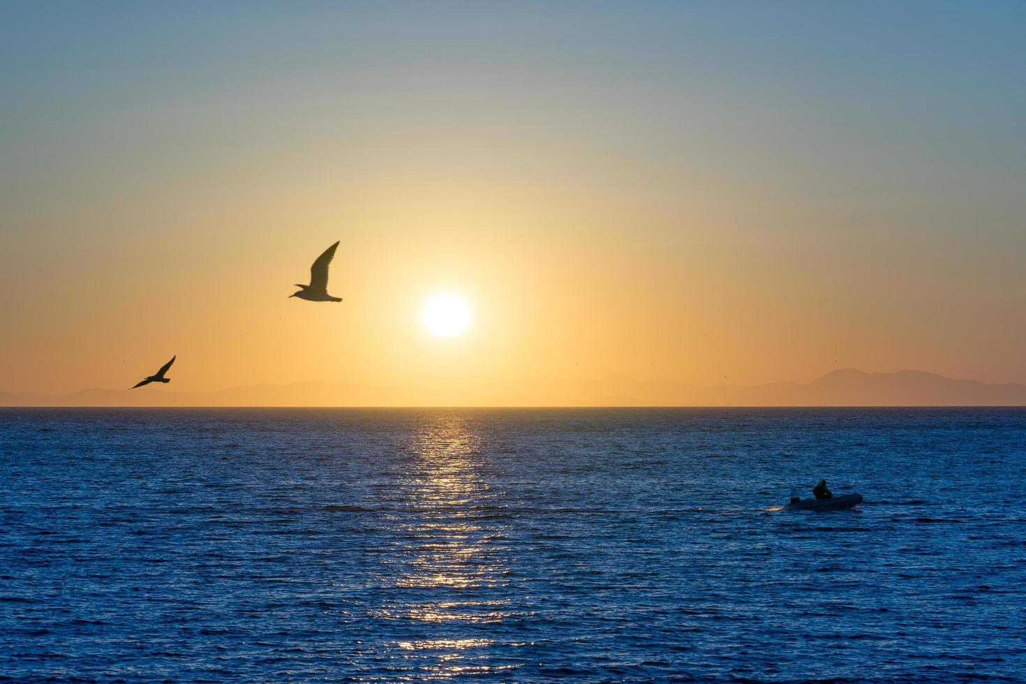marinmålning på kvällen med solnedgång. foto
