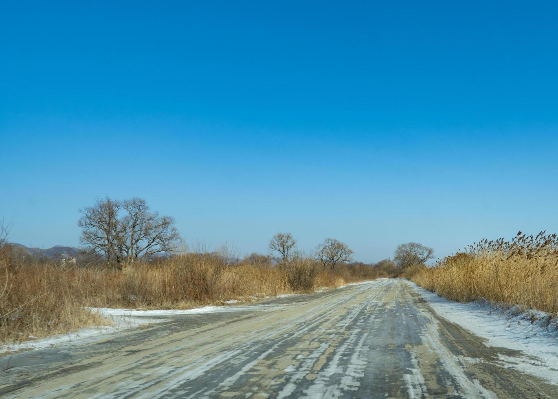 landsväg på bakgrunden av ett vinterlandskap. foto