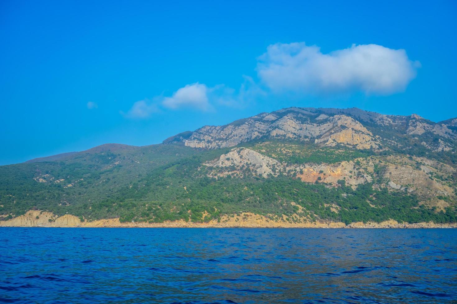 marinmålning med utsikt över bergen nära kusten. foto