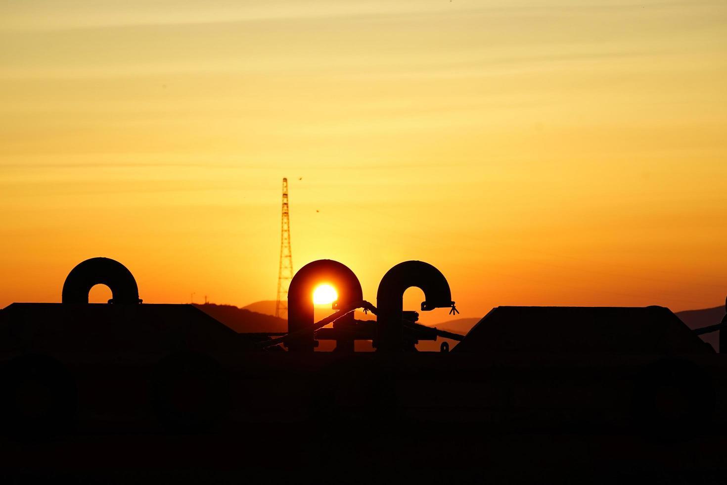 vacker solnedgång på industriell bakgrund. foto