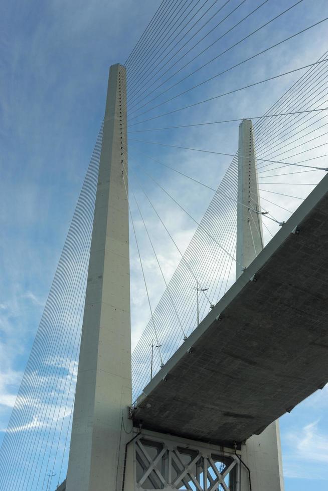 stadslandskap med utsikt över basen av den gyllene bron. foto