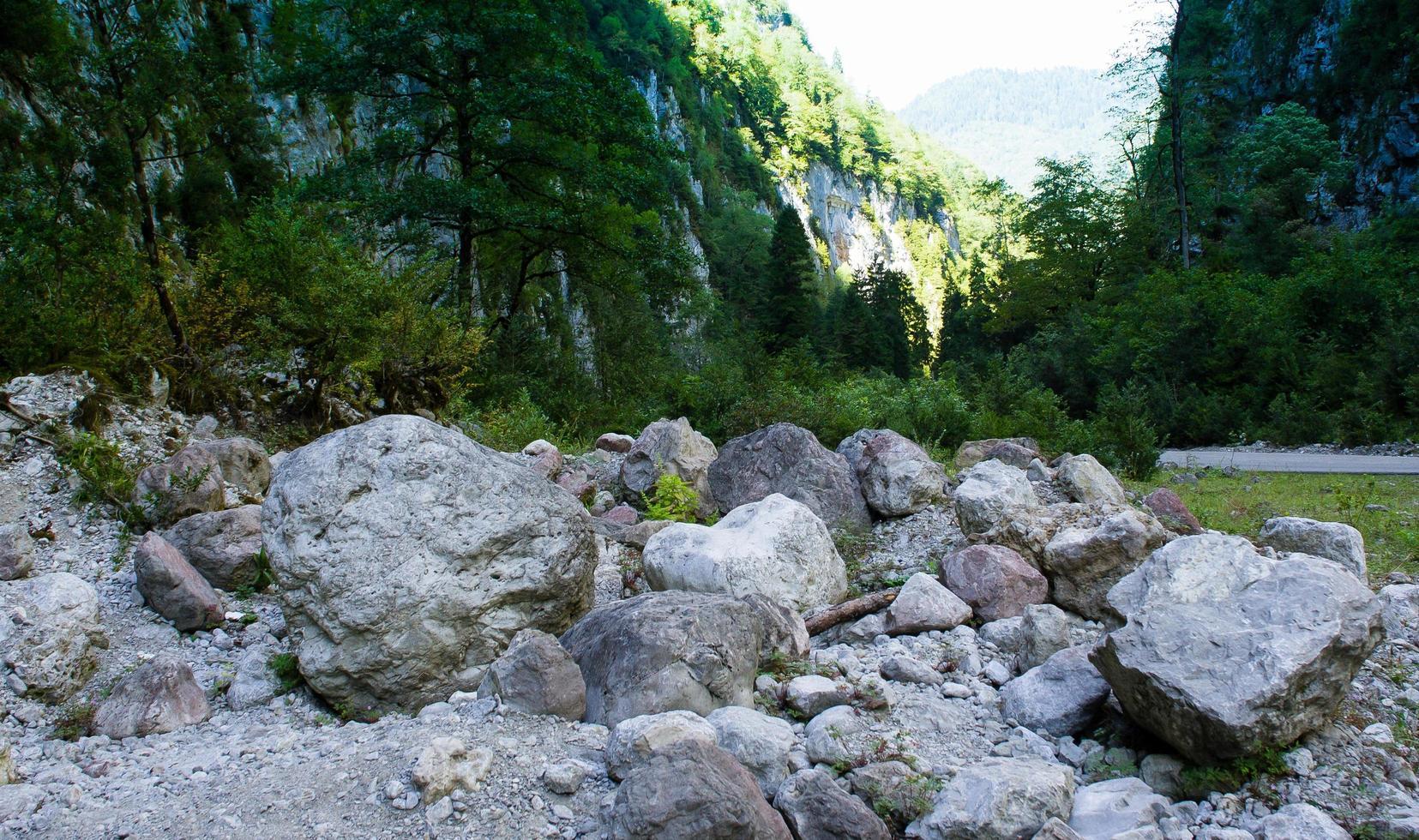 bergslandskap med stora stenar på vägen foto