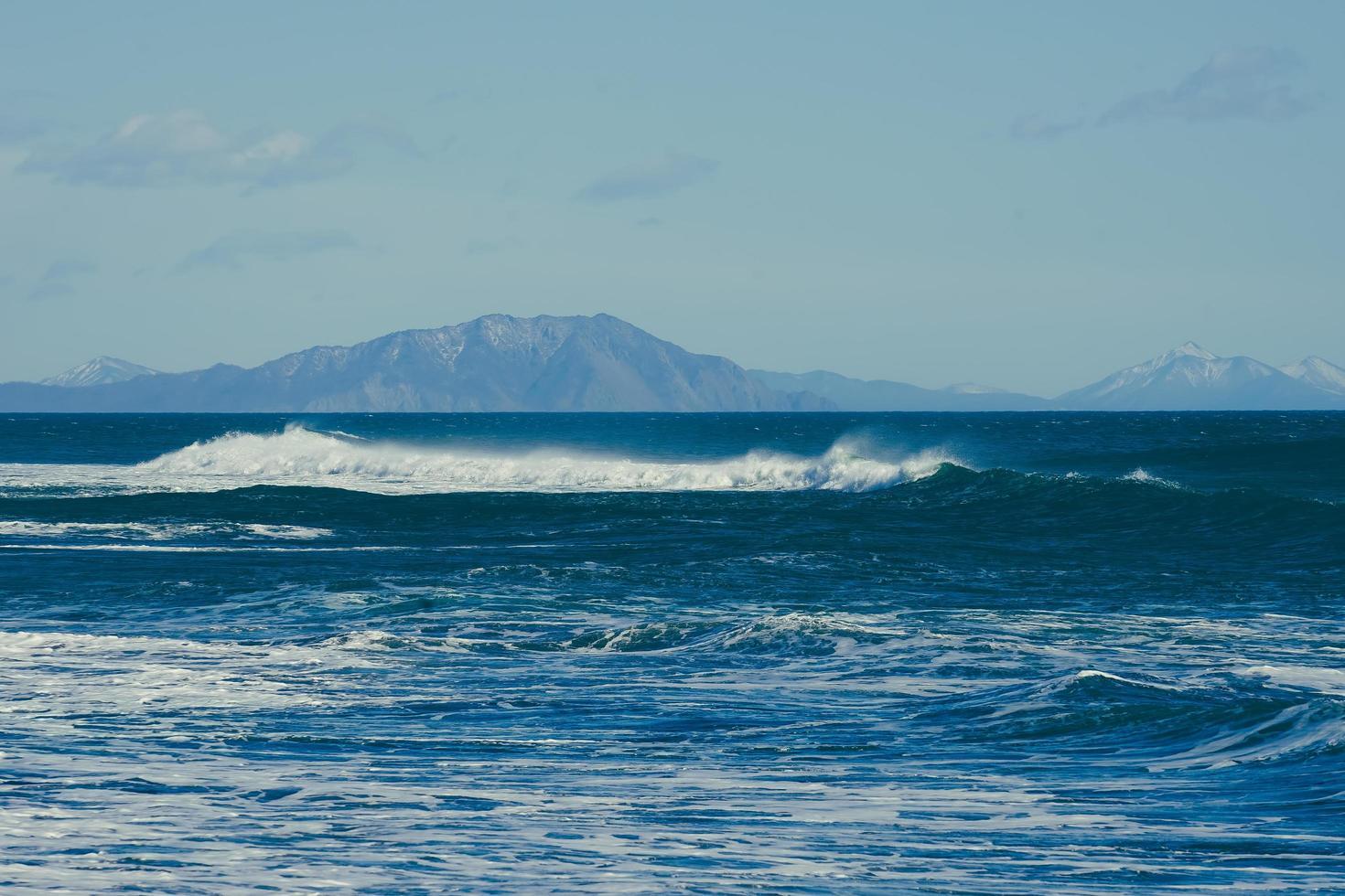 vacker våg på bakgrunden av marinmålningen. foto