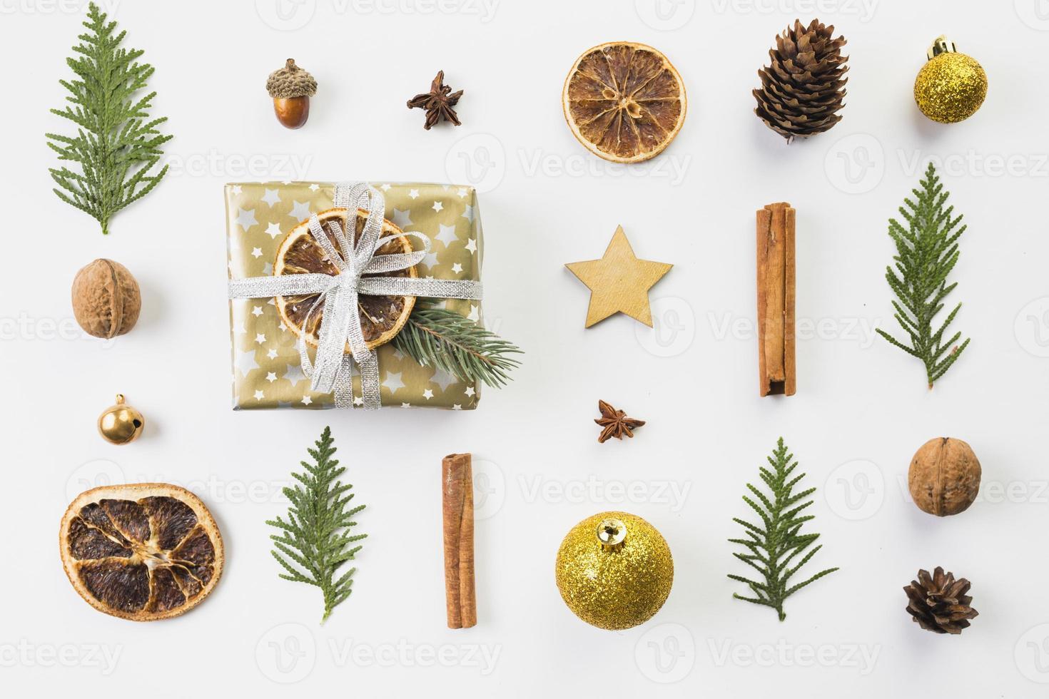 uppsättning av olika juldekorationer foto