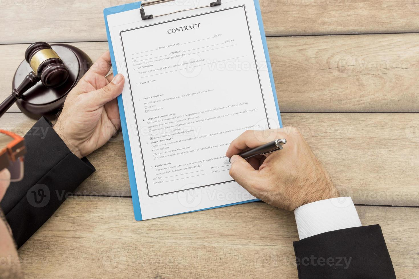 person som undertecknar dokument foto