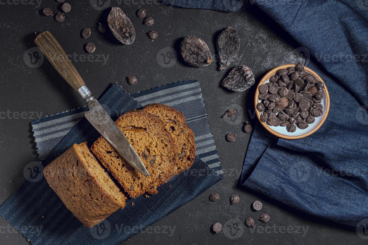 skivor av tårta med chokladflis foto
