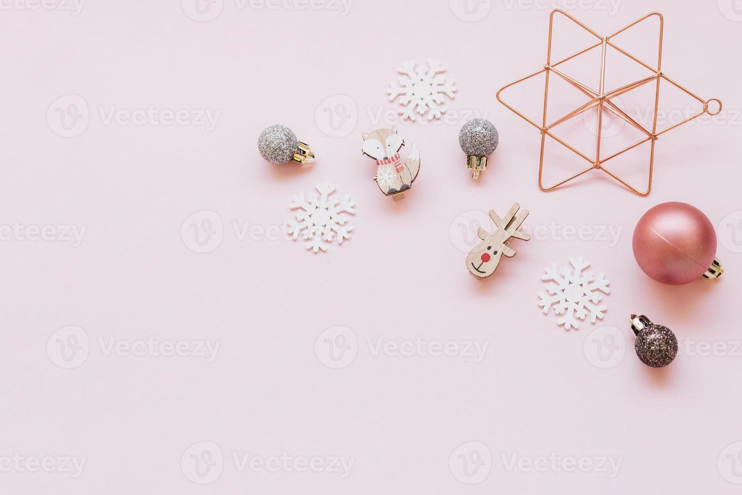 små julleksaker på rosa bord foto