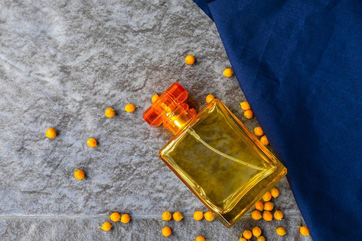 gyllene parfym och parfymflaska foto