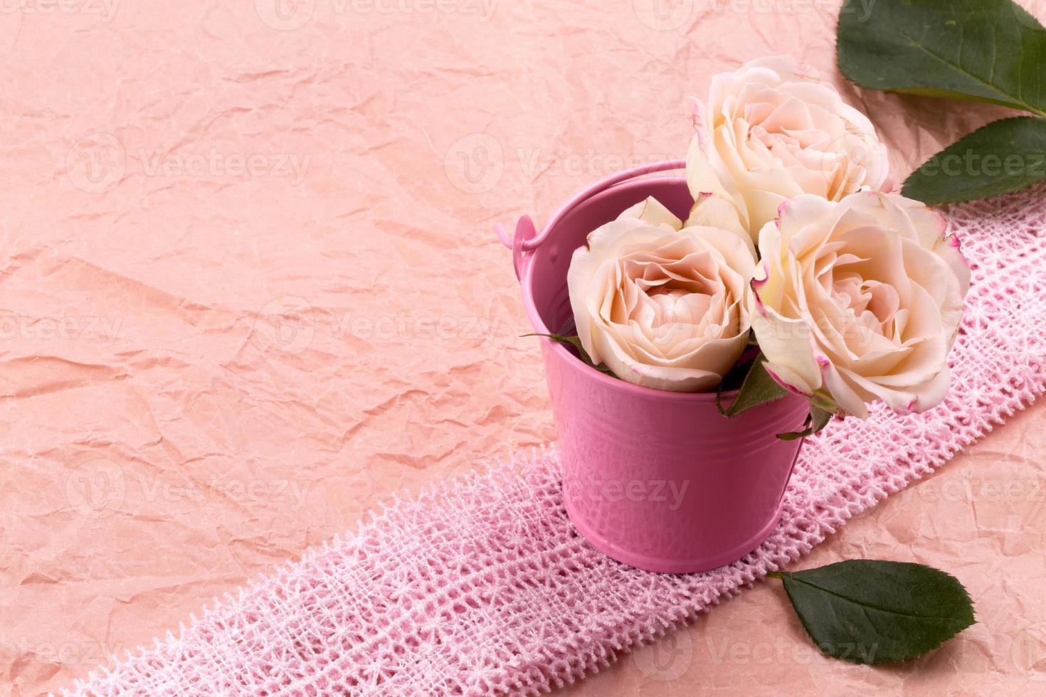 en bukett med vackra rosor foto