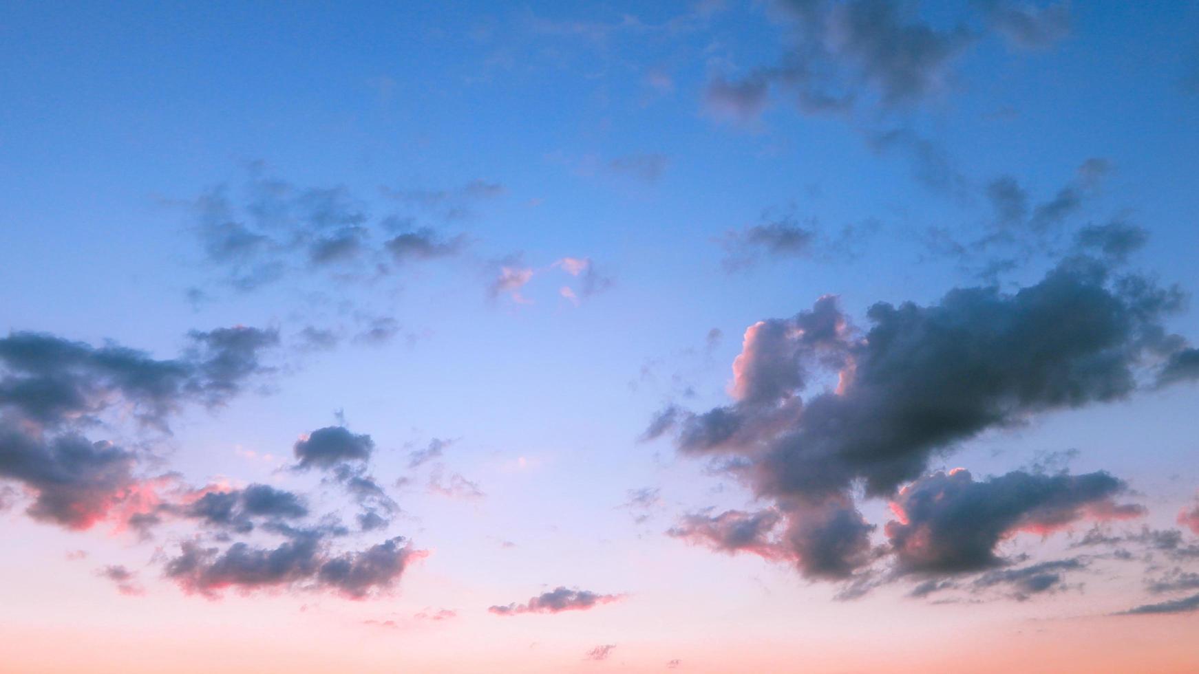 blå himmel i solnedgången foto