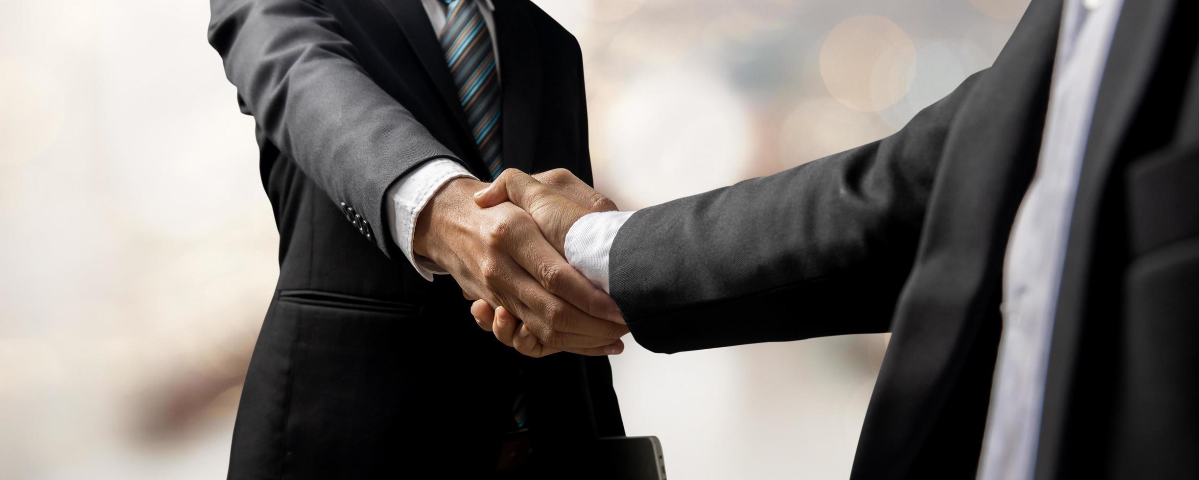 handskakning av kund och investerare eller hand av framgångsrika affärsmän skakar hand efter framgång i förhandlings- och avtalssamarbete och samarbetsbegrepp foto