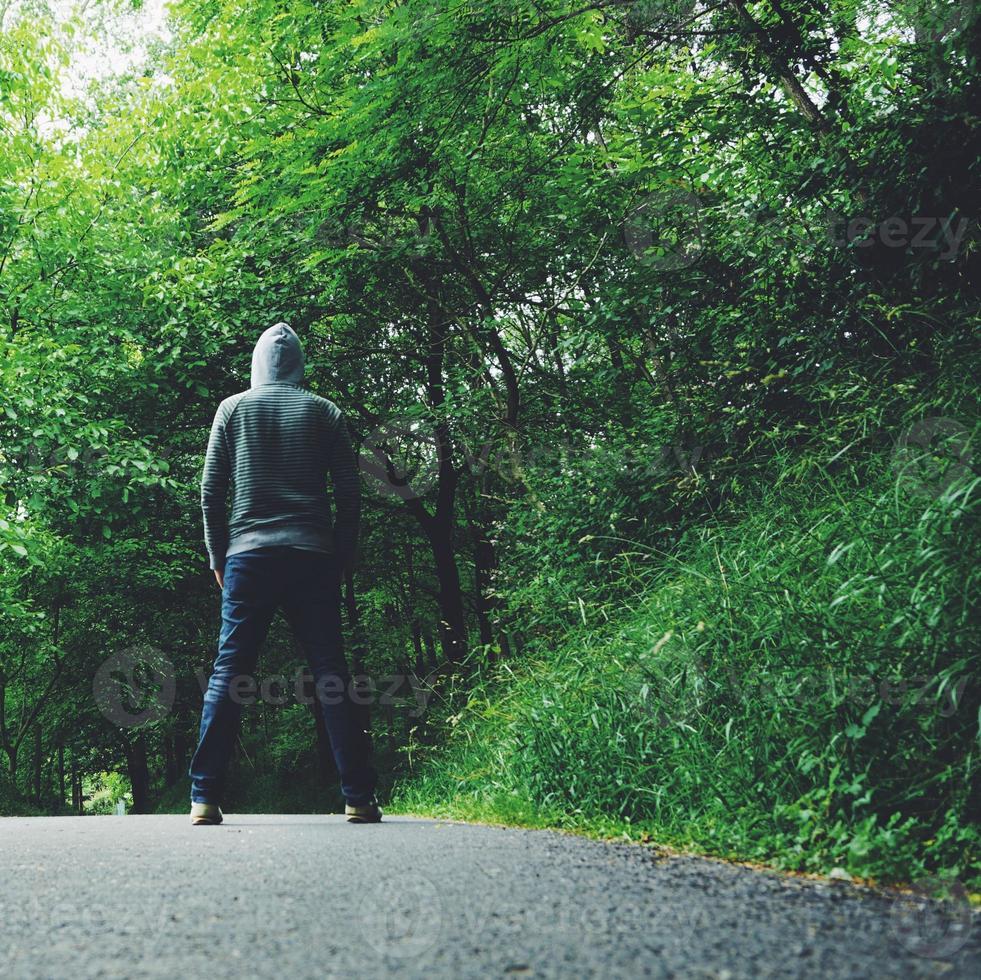 man vandrar på berget foto