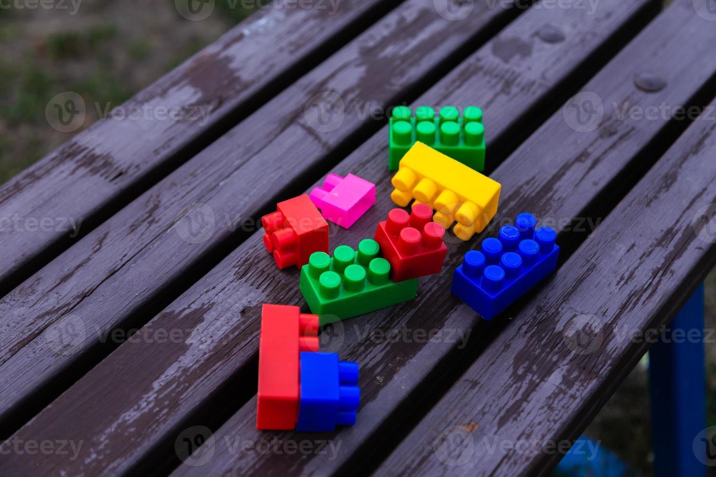 färgglada leksakbyggstenar foto