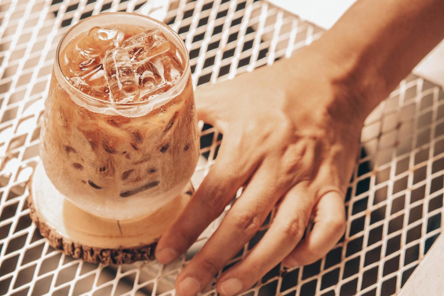 selektiv fokus man håller kopp iskaffe foto