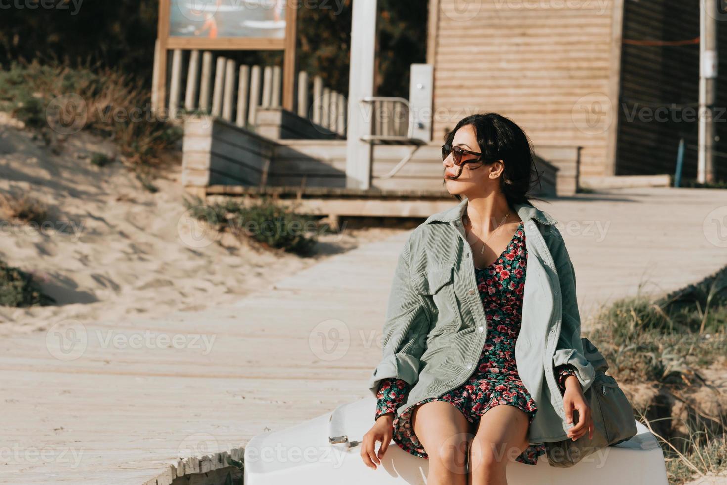 kvinna som ler på stranden foto