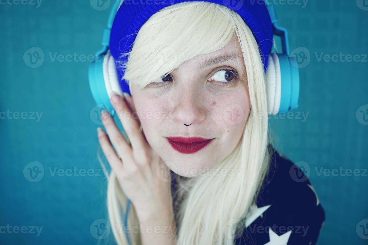 vacker blond kvinna lyssnar på musik foto