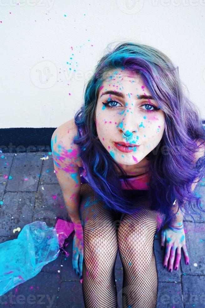 ung kvinna med färg i hennes hud foto