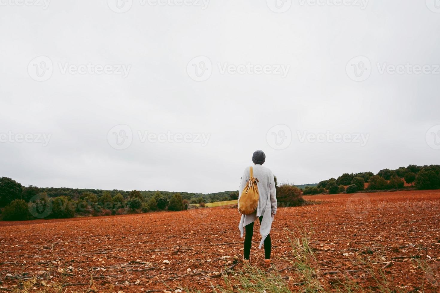 medelålders kvinna ensam i naturen en kall höstdag foto