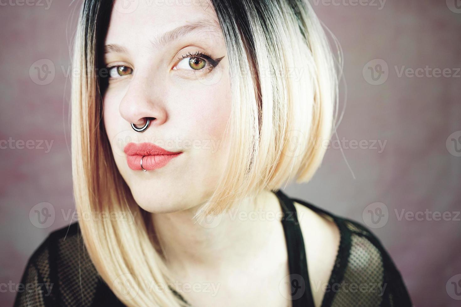 attraktiv ung och punk kvinna med ombre frisyr foto