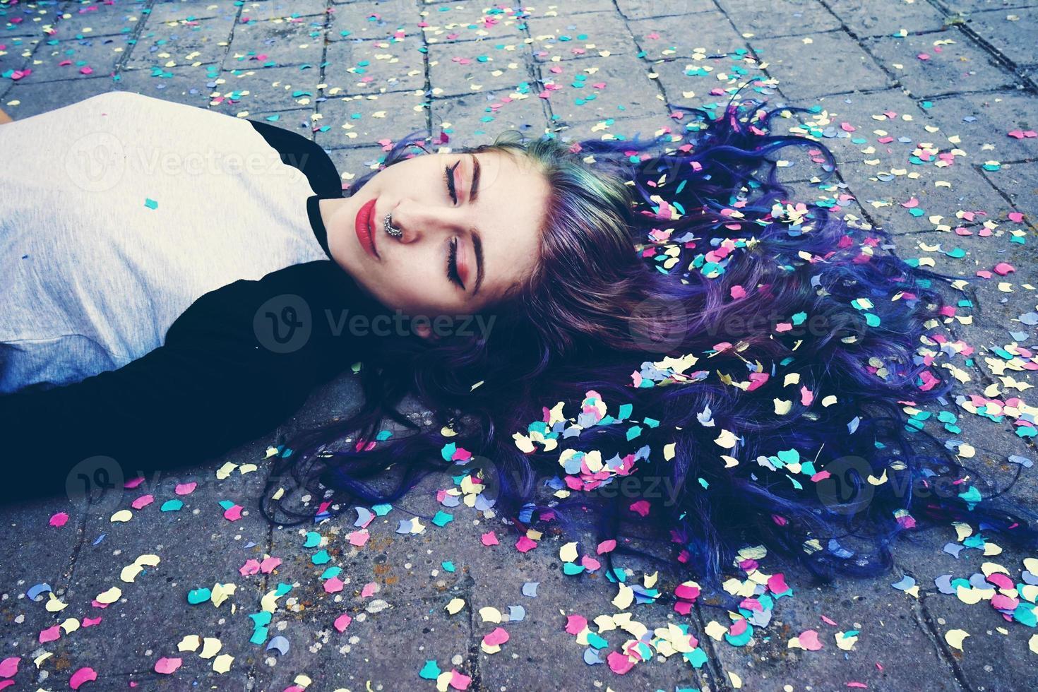 cool ung kvinna omgiven av konfetti foto