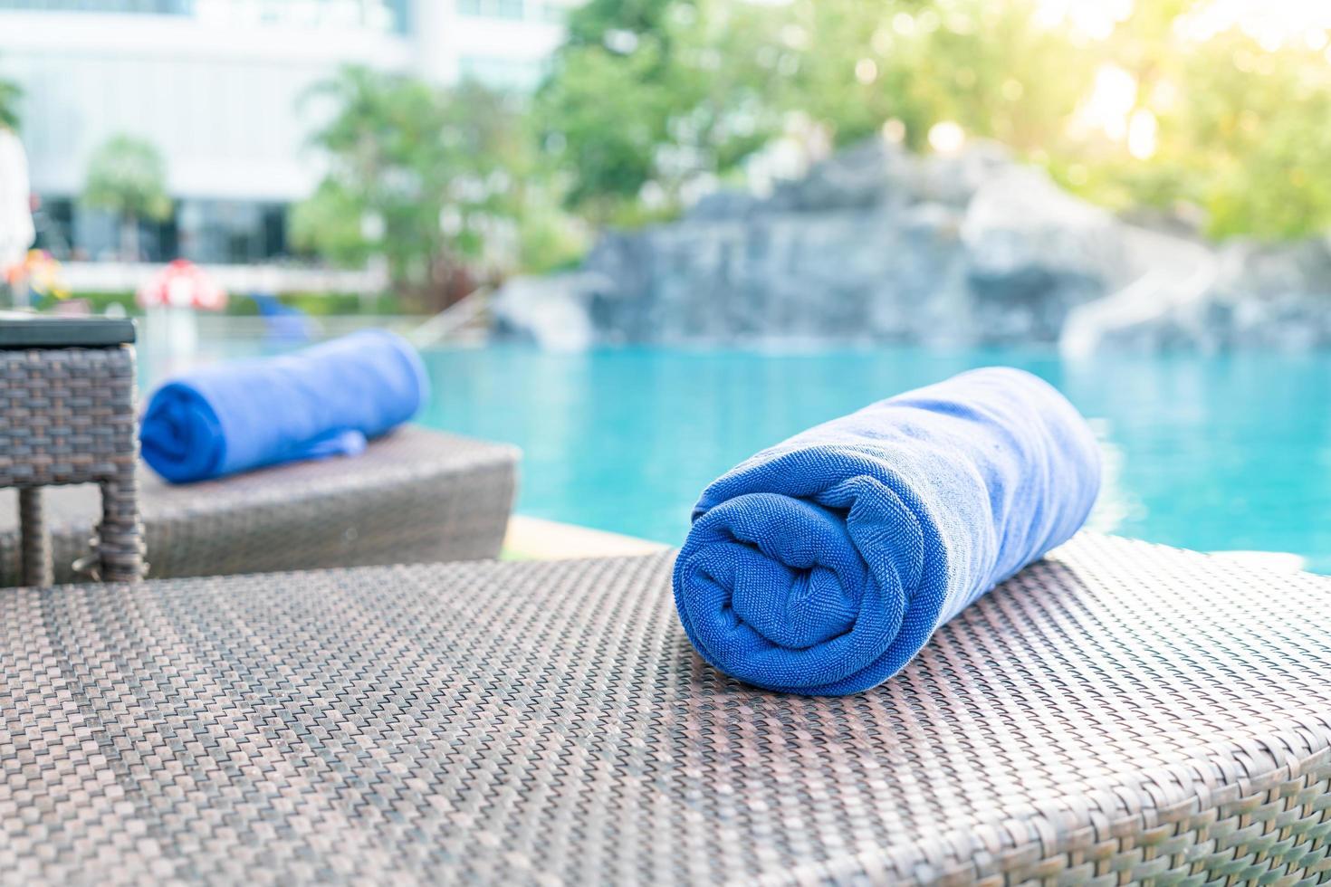 närbild handduk på en strandstol - resor och semester koncept foto