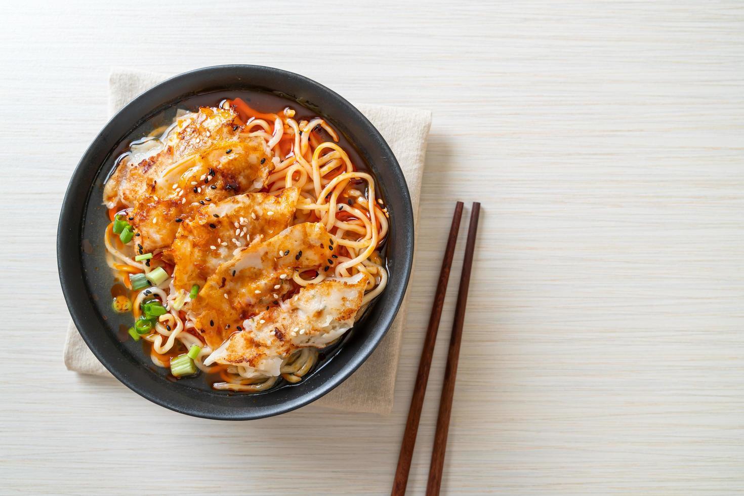 ramen nudlar med gyoza eller fläsk dumplings - asiatisk matstil foto