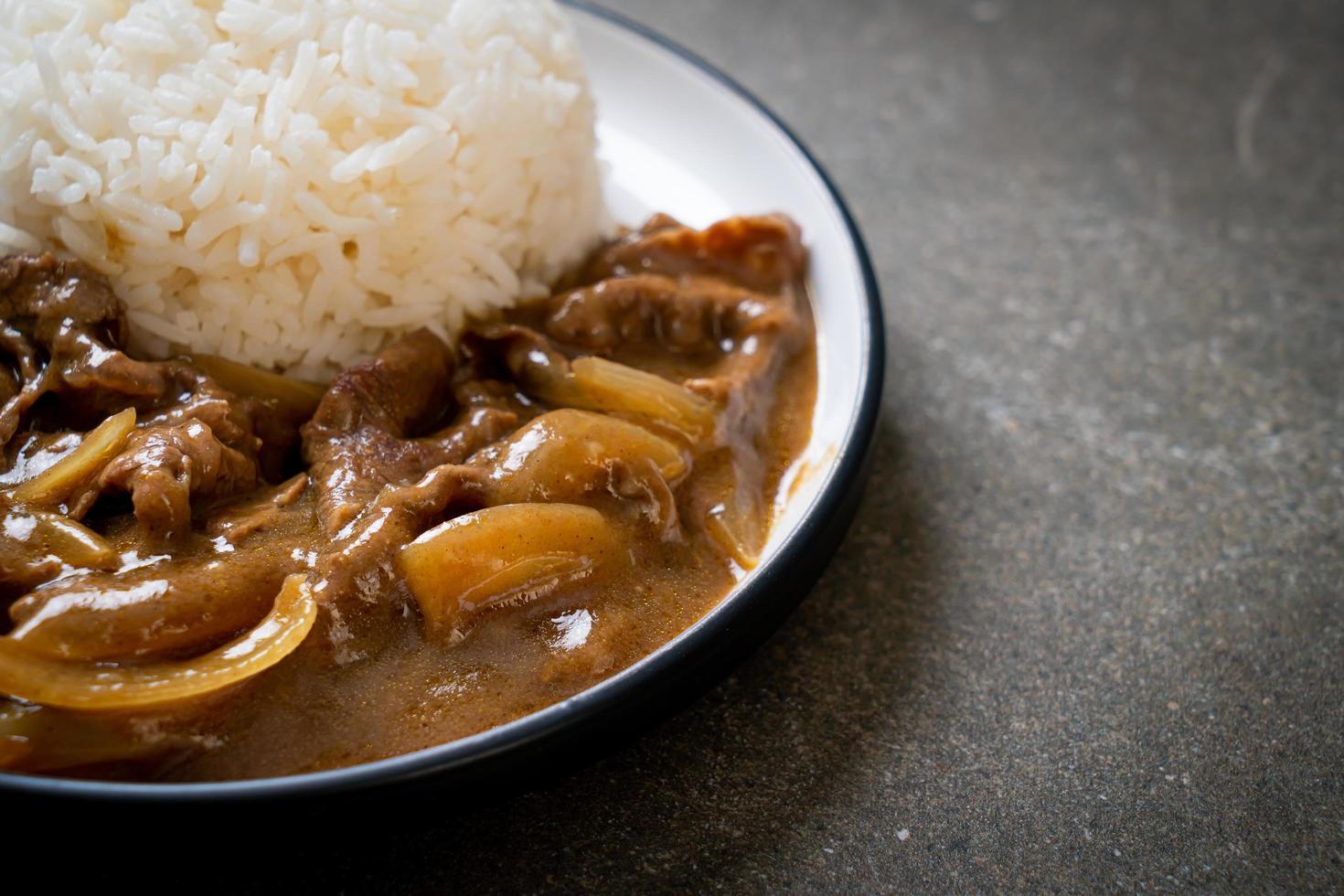 skivat nötkött curryris - japansk stil foto