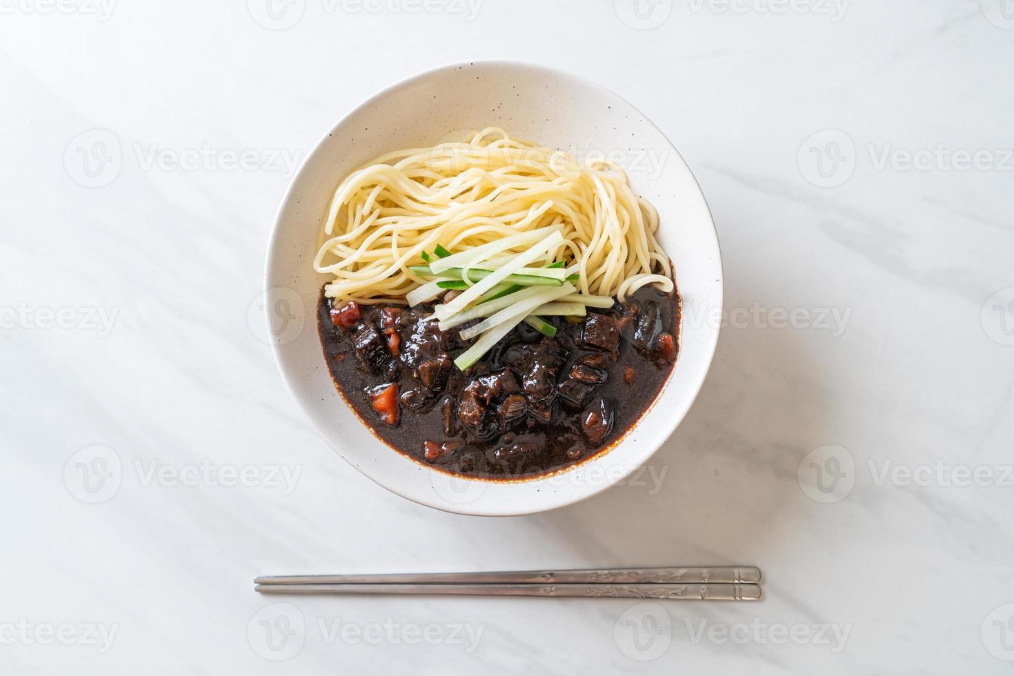 jajangmyeon eller jjajangmyeon är koreansk nudel med svart sås foto