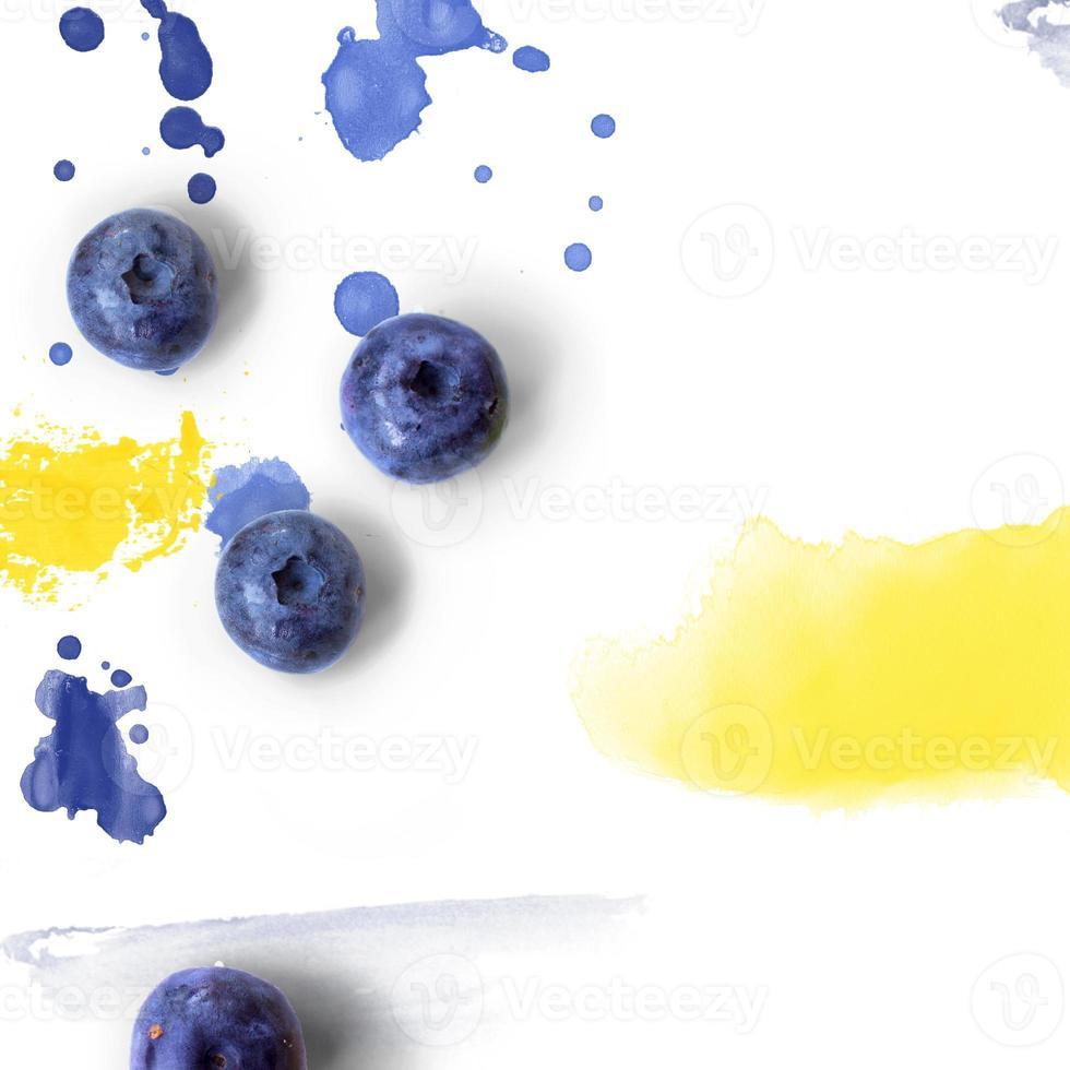 blåbär på vit bakgrund med akvarell stänk kreativa layout med kopia utrymme foto