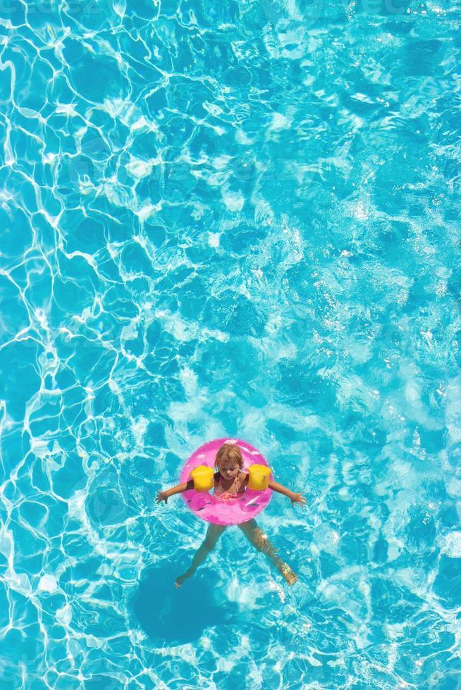 Flygfoto över en liten flicka i poolen foto