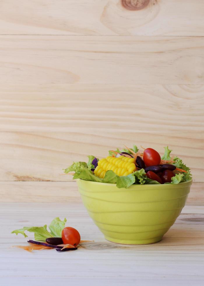 färsk grönsaksallad för hälsokost på träbakgrunder vertikalt foto