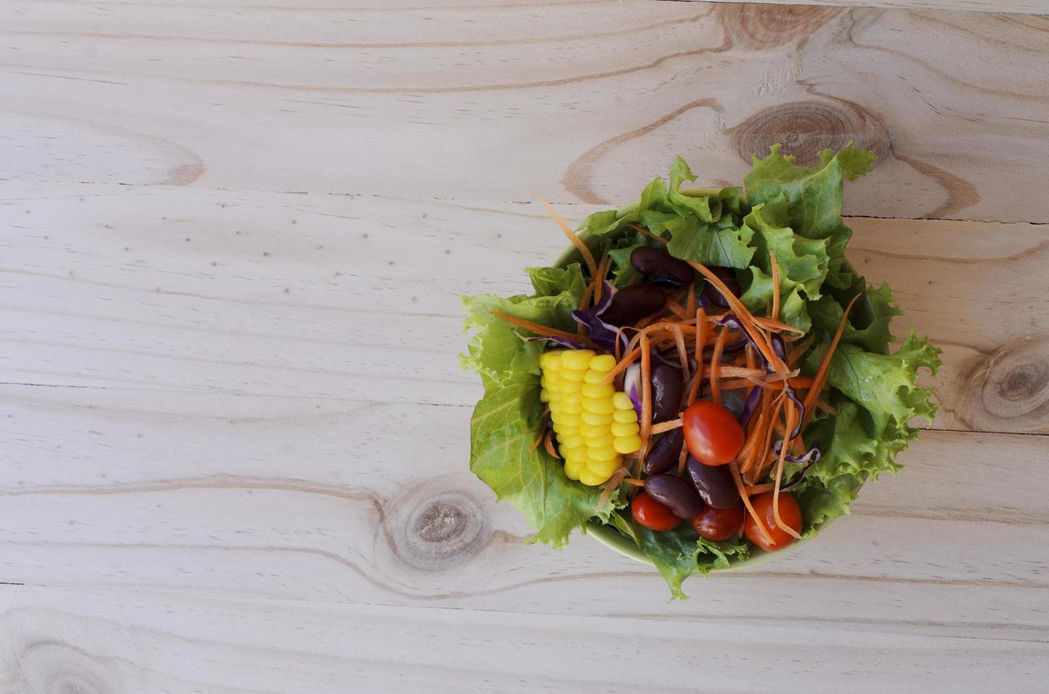 färsk grönsaksallad för matbakgrund ovan foto