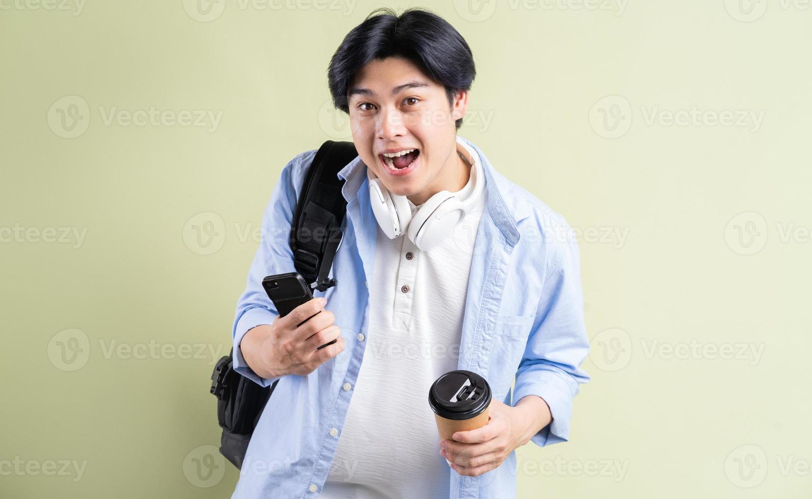 manliga asiatiska studenter skriker lycka foto