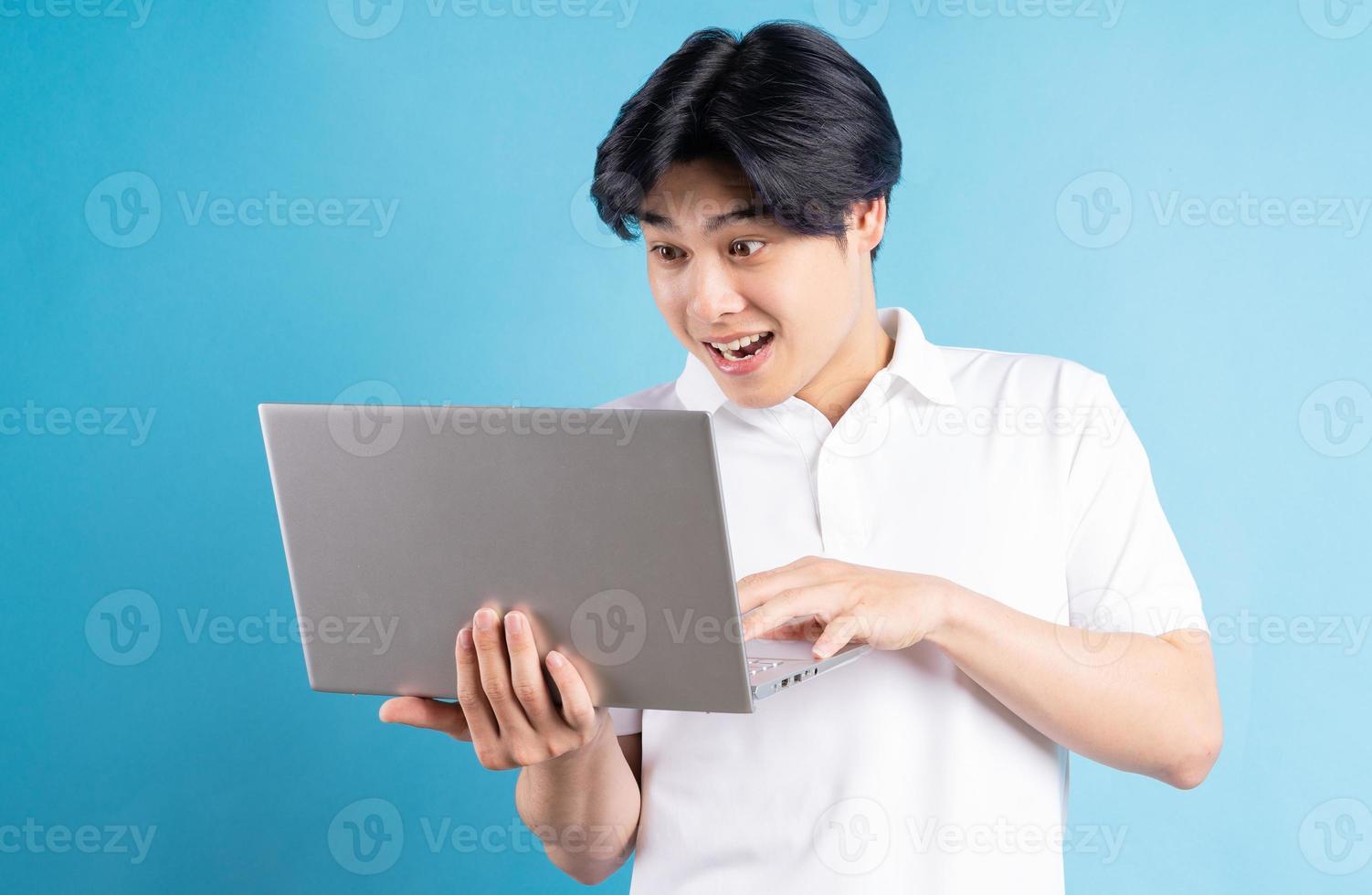 den asiatiska mannen skrev med ett förvånat uttryck foto