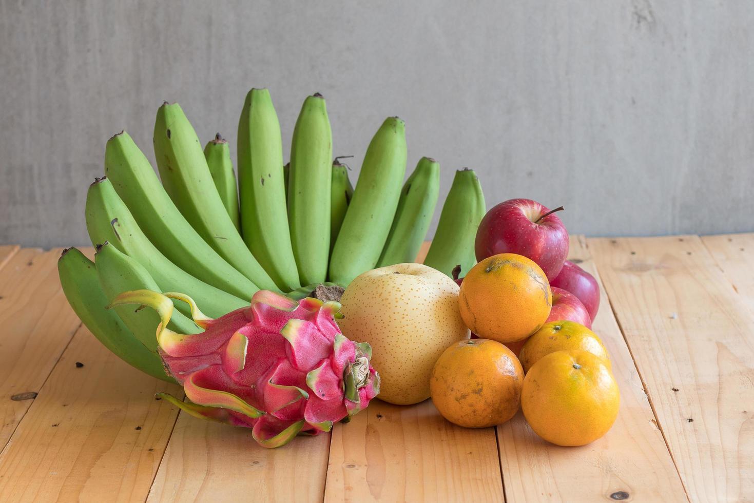 frukt diet koncept. olika frukter på träbord foto