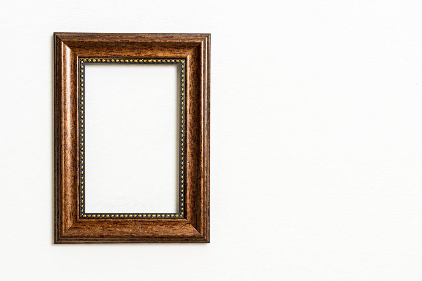 tom bildram på vit väggbakgrund med kopieringsutrymme foto