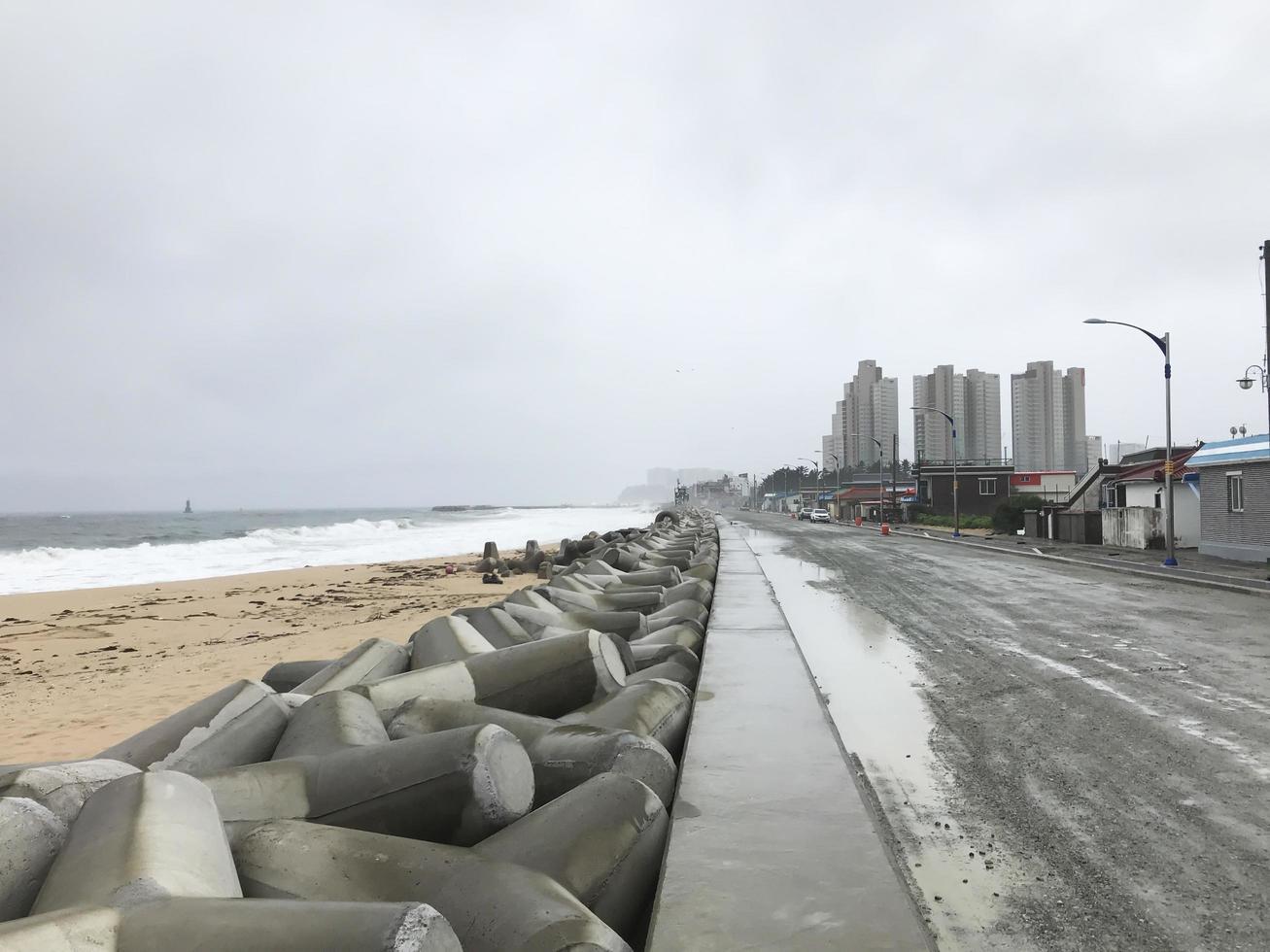 sokcho stad efter tyfonen i Sydkorea. dåligt väder på havet foto