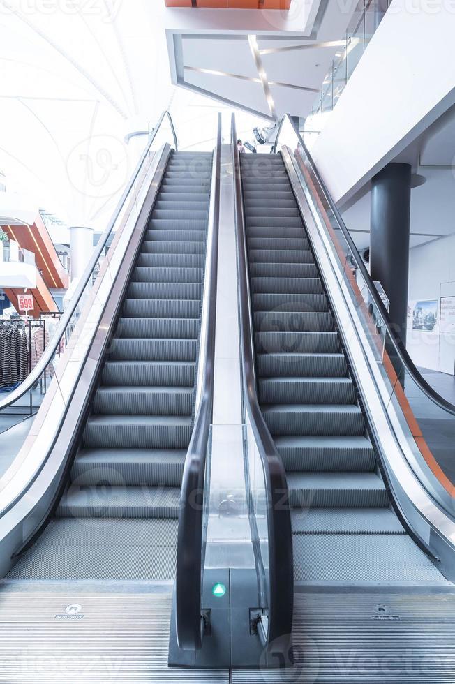 rulltrappor, upp och ner rulltrappor i offentlig byggnad foto
