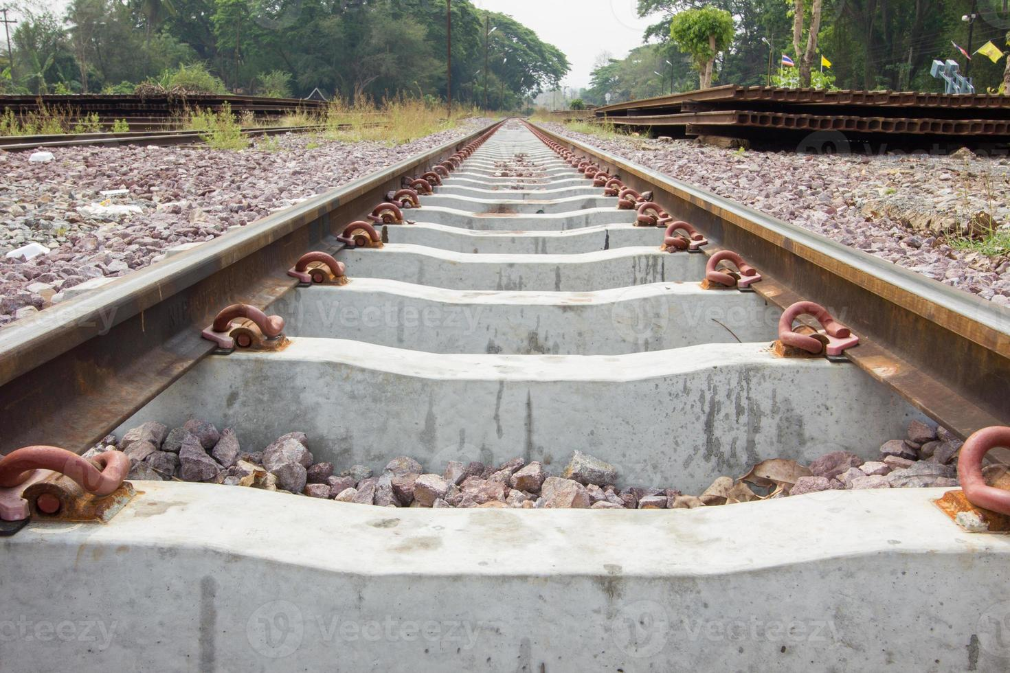 närbild järnvägsspår i Thailand foto