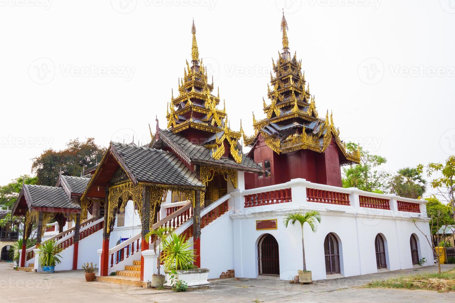 vacker thai tempel wat sri chum, tempel i lampang, thailand foto