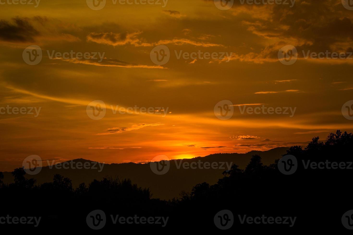 majestätisk solnedgång i bergslandskapet. foto