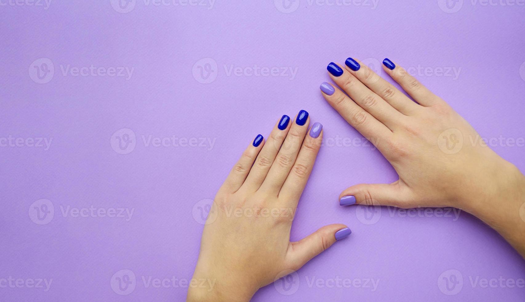snygg trendig dammanikyr. blå och lila foto