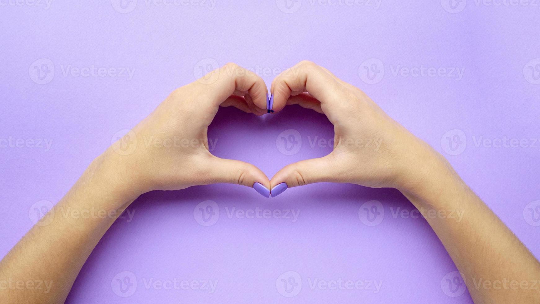 flicka håller händer med hjärta. snygg trendig dammanikyr. vård. foto