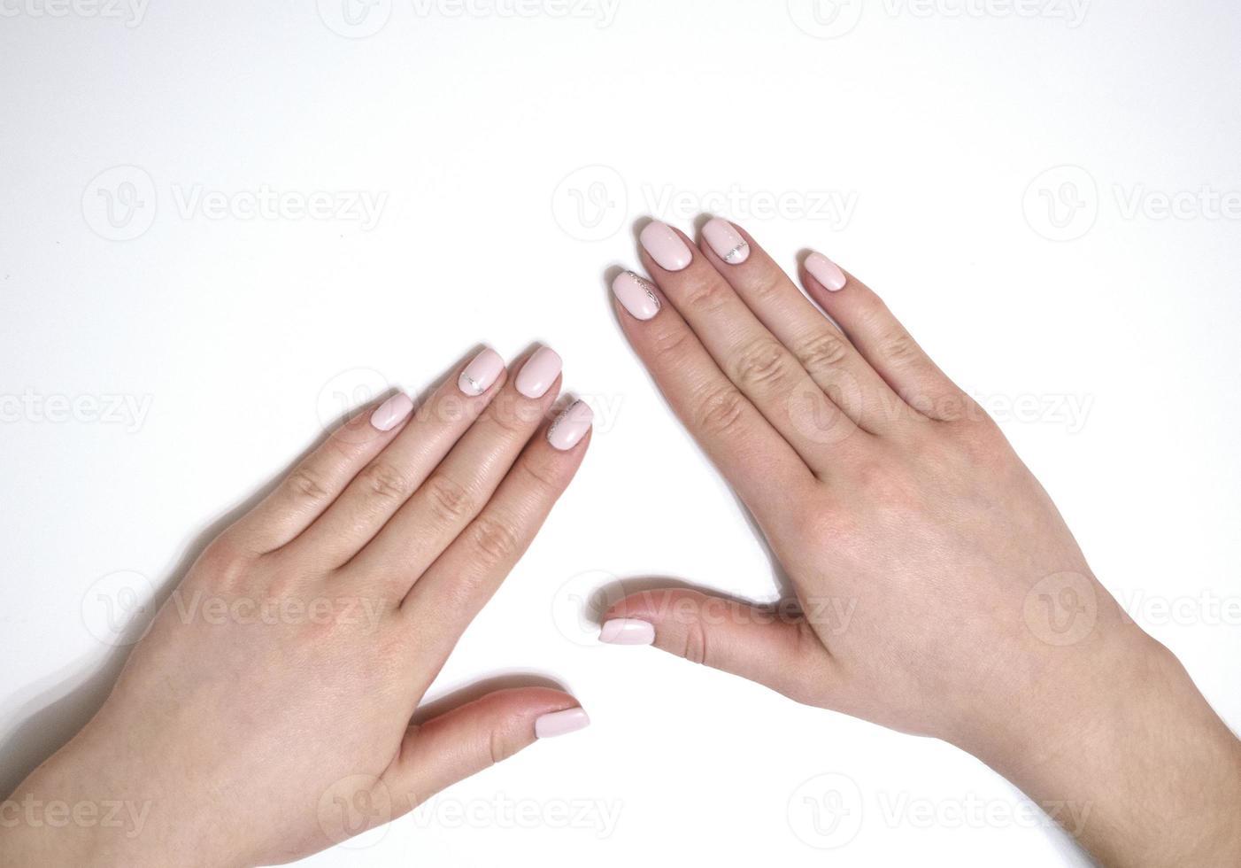 kvinnlig manikyr på en vit bakgrund. enkel foto