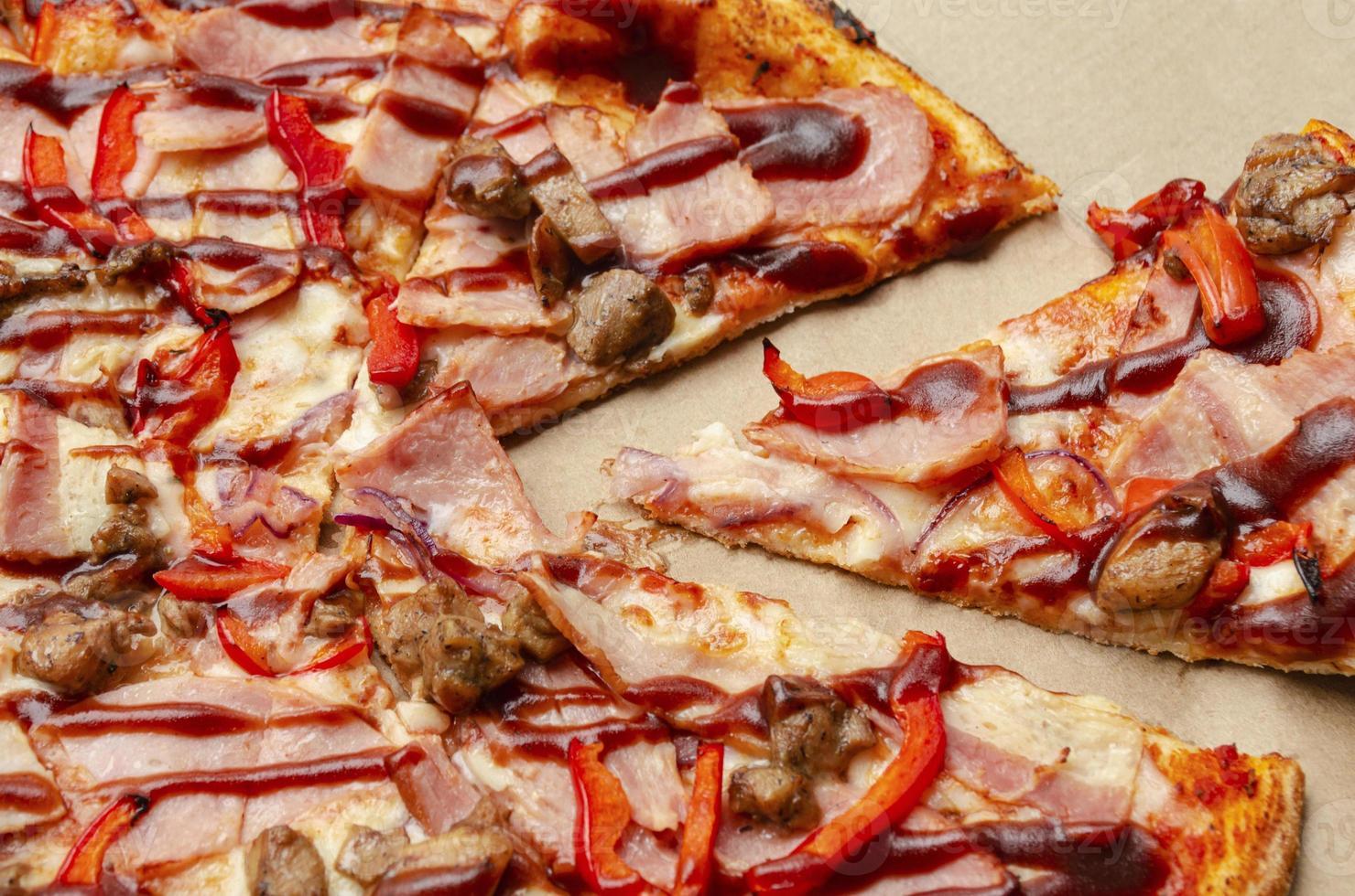 pizza i en låda. separat bit. snabbmat foto