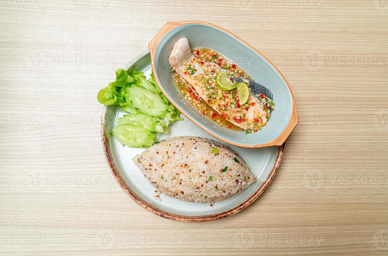 quinoa stekt ris med ångad lax i limefruktdressing - hälsosam matstil foto