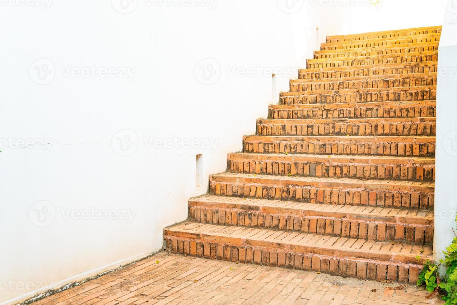 utomhus tegel trappa steg med vit vägg foto