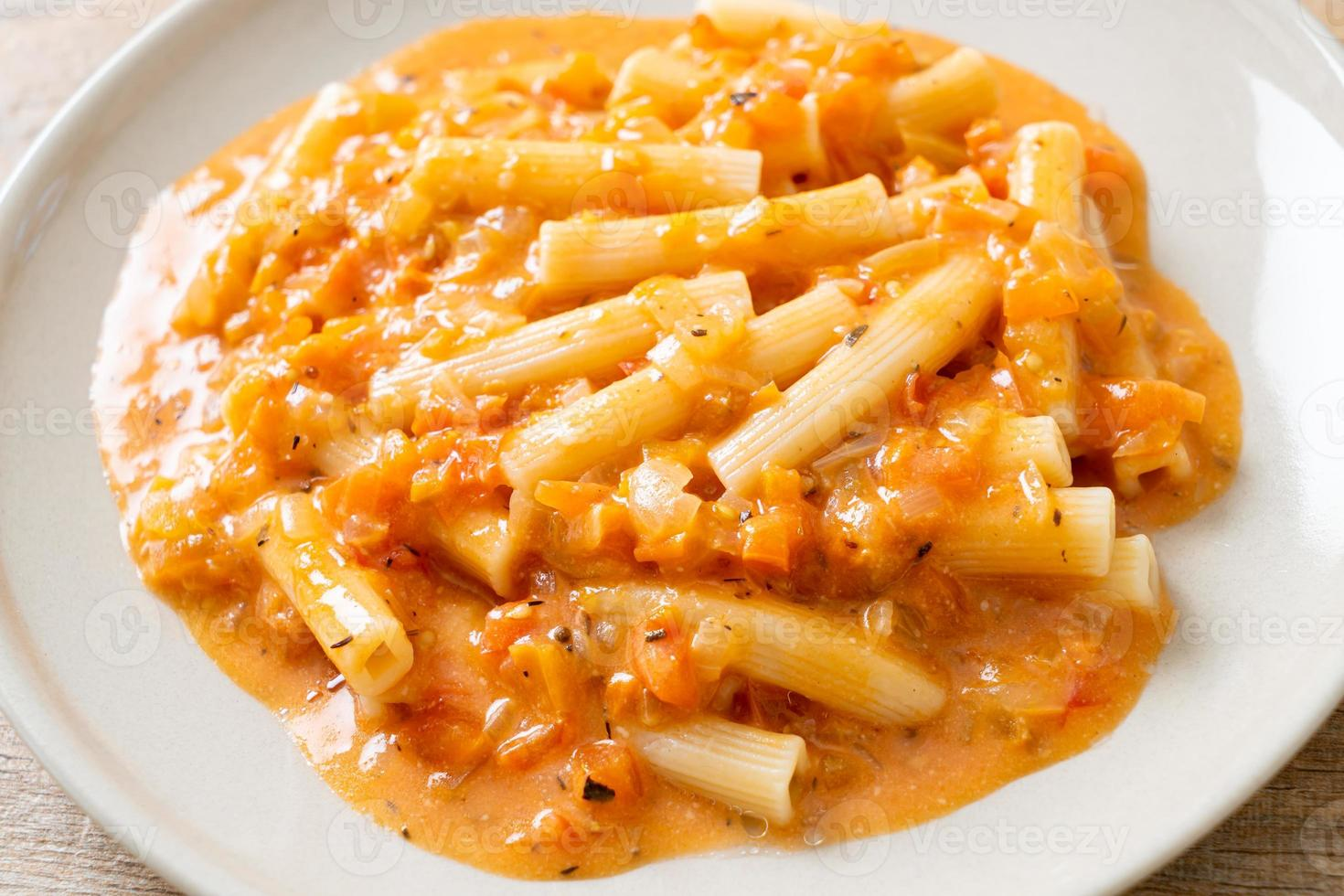 rigatoni penne pasta krämig tomat eller rosa sås foto