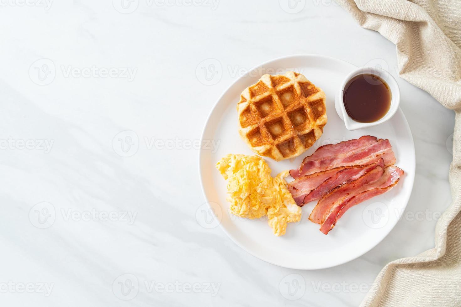 äggröra med bacon och våffla till frukost foto
